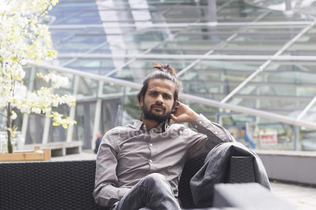 Бизнесмен, сидя в кафе на открытом воздухе — стоковое фото