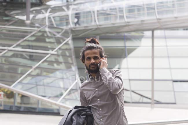 Empresario hablando en Smartphone - foto de stock