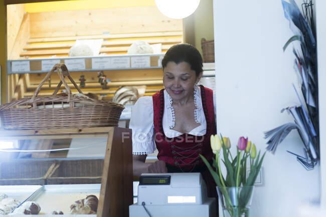 Mulher usando a caixa registradora — Fotografia de Stock