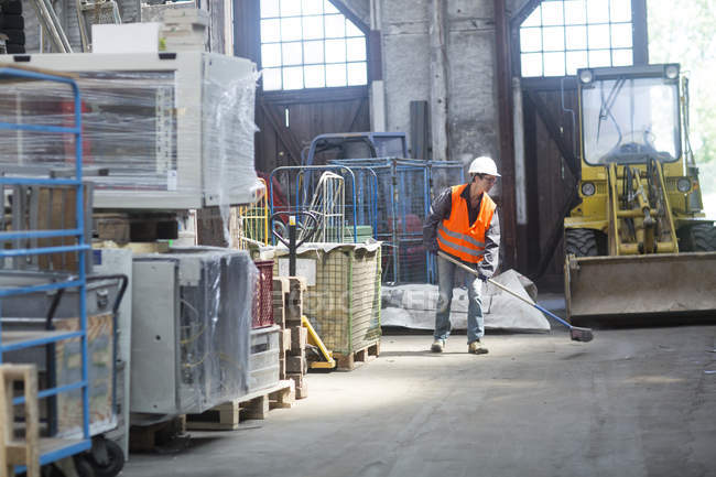 Employee working at warehouse — Stock Photo
