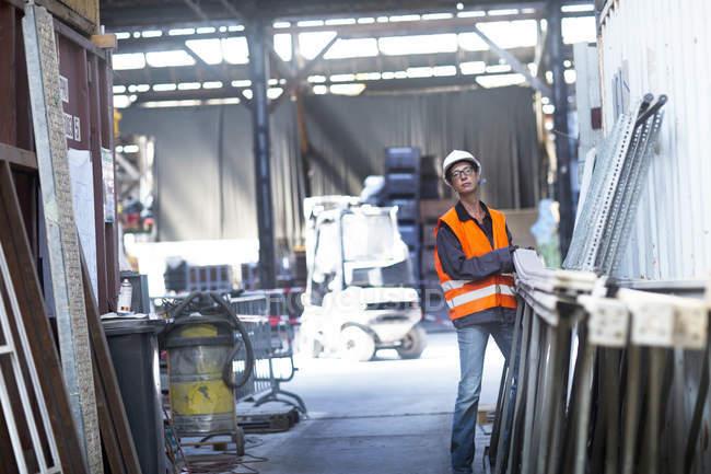 Employee working at warehouse — Stock Photo