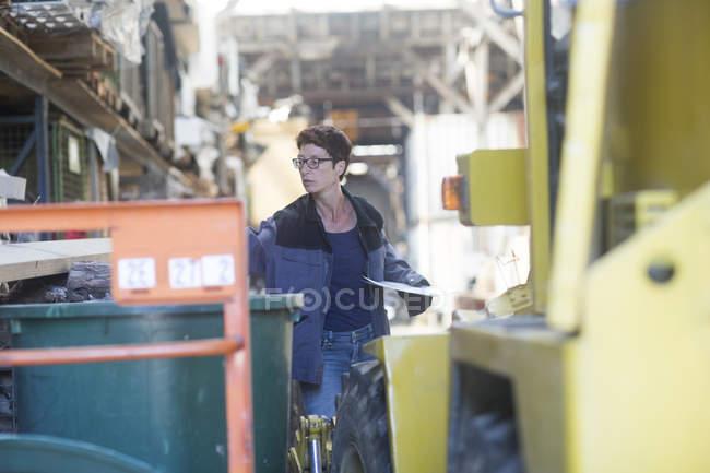Співробітник під час роботи на складі — стокове фото