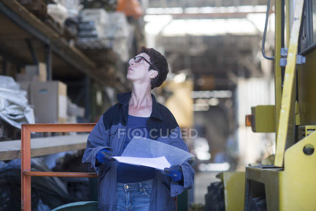 Employee during work at warehouse — Stock Photo