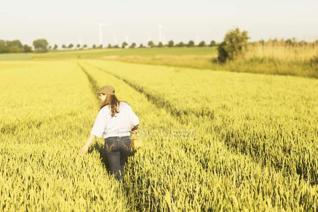 Coltivatore della donna sul campo — Foto stock