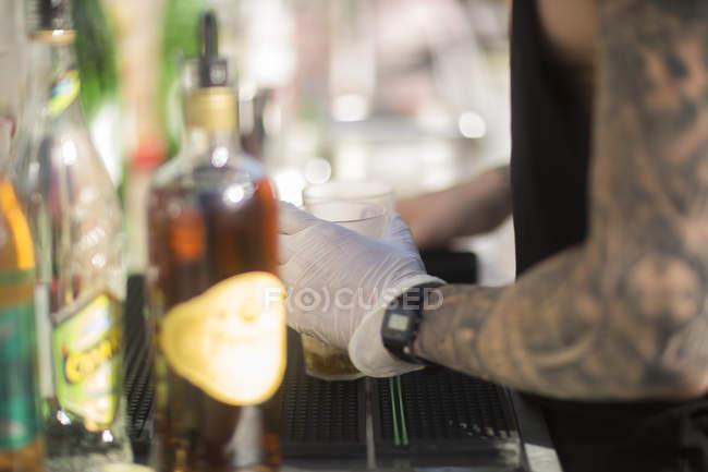 Чоловічий Бармен робити коктейль — стокове фото