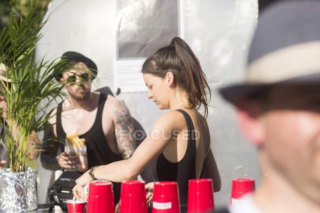 Barkeeper in der Nähe von Straße cocktail van — Stockfoto