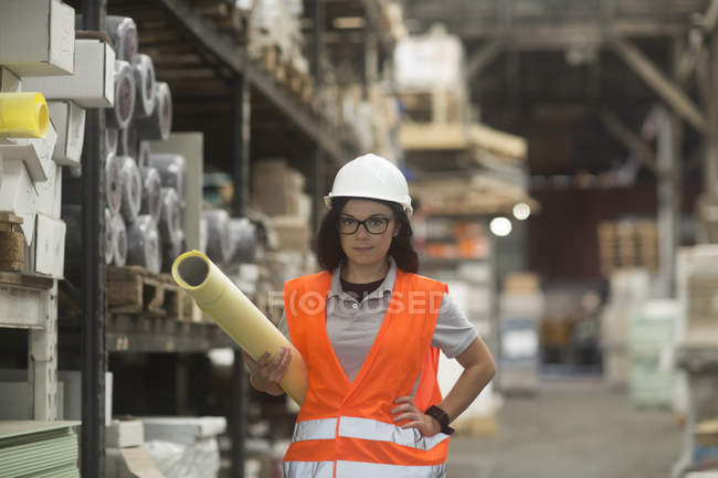 Female storekeeper at warehouse — Stock Photo