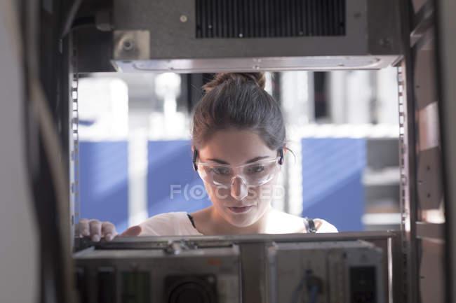 Tecnico di giovane donna — Foto stock