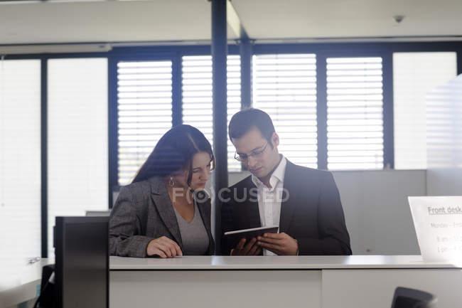 Empresarios con tableta digital - foto de stock