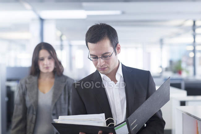 Businessman standing with documents — Stock Photo