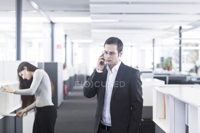 Бизнесмен, говорящий по телефону — стоковое фото