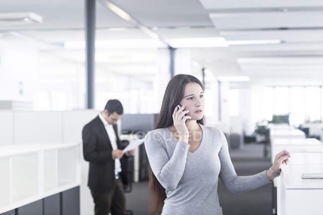Деловая женщина, говорящая по телефону — стоковое фото