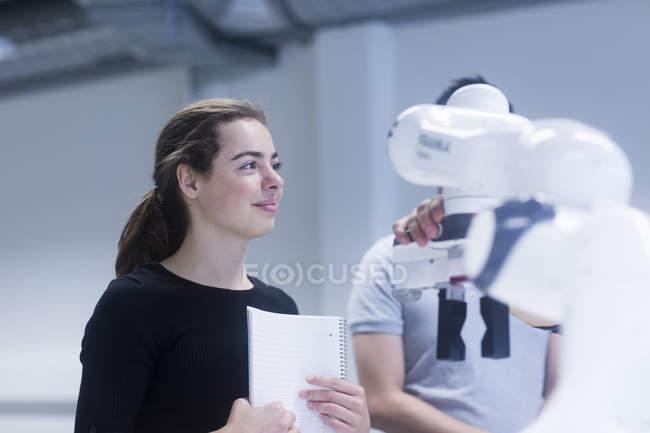 Étudiants d'apprentissage robotique à l'Université — Photo de stock