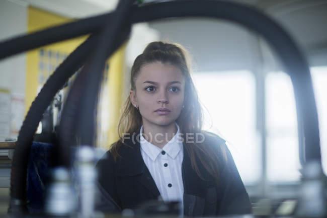 Vista frontale della donna engineer presso stabilimento industriale — Foto stock