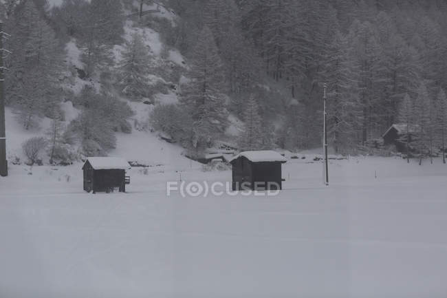 Holzhütten in Winterbergen Landschaft in Schweizer Alpen, Zermatt, Schweiz — Stockfoto