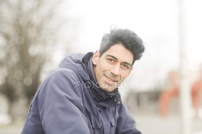 Mi homme adulte à la recherche à huis clos et souriant sur la rue — Photo de stock