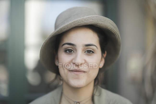 Портрет женщины в старомодные шляпы — стоковое фото