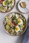 Ciotola di Veggie croccanti con salsa di arachidi caldo — Foto stock