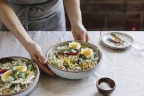 Хрусткі Veggie миску з теплою арахісу соусом — стокове фото