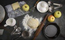Свежий тесто с ингредиентами — стоковое фото