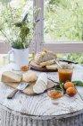 Pain rustique et chutney sur table en bois — Photo de stock