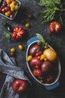 Différentes tailles et couleurs de tomates — Photo de stock
