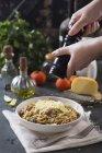 Spaghetti mit Tomatensauce und Kräutern — Stockfoto