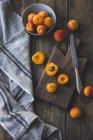 Frische reife Aprikosen — Stockfoto