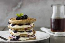 Pila di pancake con yogurt — Foto stock