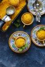 Sorbet maison à la mangue aux feuilles de menthe — Photo de stock