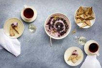 Гибискус хумус с лаваш фишек — стоковое фото