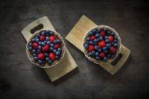 Tartelettes de baies dans les plats de cuisson — Photo de stock