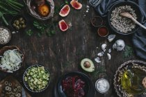 Aguacate y ensalada de Quinoa - foto de stock