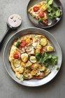 Pizza vegetariana con calabacín - foto de stock