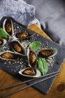 Мидии в липкое сладком соусе — стоковое фото