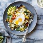 Овочевий запечений chilaquiles на тарілку — стокове фото
