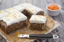 Морковный торт на выпечки лоток — стоковое фото