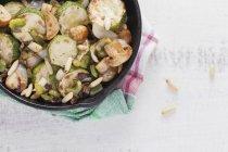 Saute mit Portobello-Pilze mit Zucchini — Stockfoto