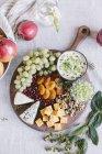 Сирна Тарілка з фруктами і горіхами — стокове фото