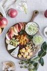 Plato de quesos con frutas y nueces - foto de stock
