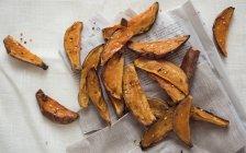 Печеный сладкий картофель клинья — стоковое фото