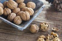 Орехи в скорлупе в керамическое блюдо — стоковое фото