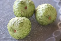 Заварним кремом фрукти на металевих лотків — стокове фото