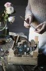 Жінка, використовуючи старовинні пляшки і столові прилади — стокове фото