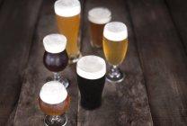 Бокалов пива на поверхности древесины — стоковое фото