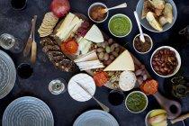 Vari formaggio e cracker — Foto stock