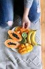 Frutti presa mano femminile — Foto stock