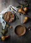 Рикотта и груши торт на столе — стоковое фото
