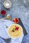 Crepes farcite con crema e frutti di bosco — Foto stock