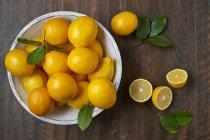 Citrons frais en plaque blanche — Photo de stock